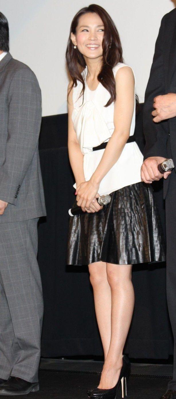 国仲涼子は白のノースリーブに黒のミニスカート姿で登場