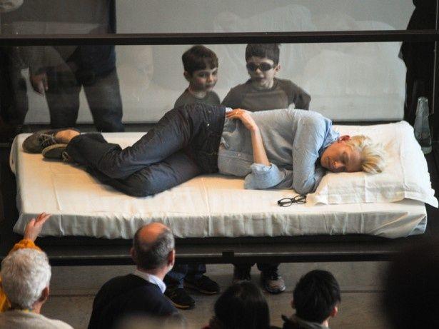 【写真を見る】これがMOMA美術館で1日展示物となったティルダ・スウィントン!