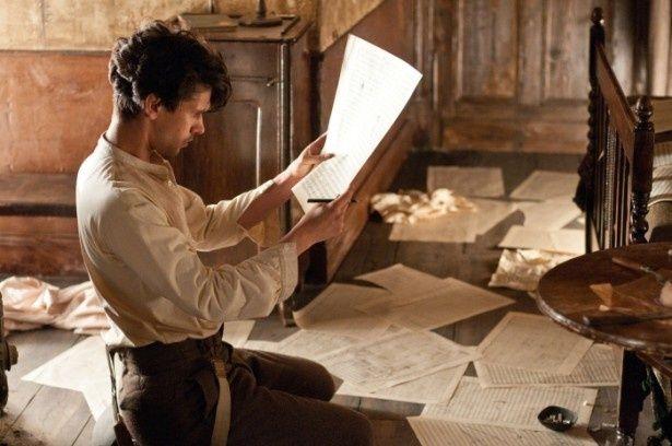 作曲家ロバート・フロビシャーを演じるベン・ウィショー