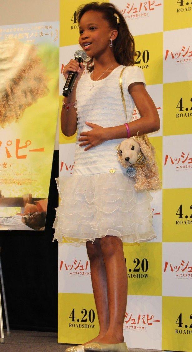 フリルのスカート、子犬のバッグがとってもキュート!おしゃれなクヮヴェンジャネ・ウォレス