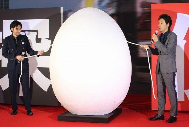 巨大な卵が登場