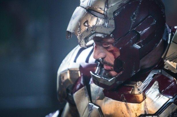 【写真を見る】トニー・スタークことアイアンマンを演じるのはロバート・ダウニー・Jr.