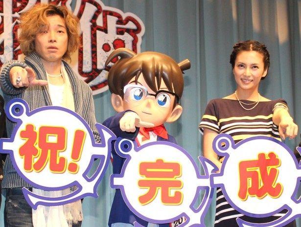柴咲コウ、斉藤和義がコナンと決めポーズ!