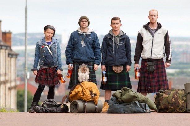 【写真を見る】ガリー・メイトランド(左から2番目)は俳優業のかたわら、日頃は清掃の仕事をしている