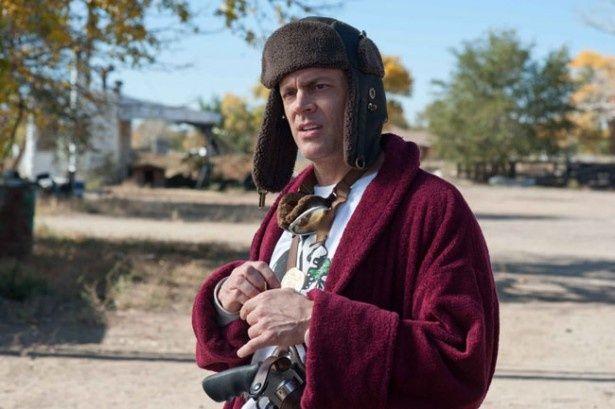 ジョニー・ノックスヴィルの役どころは自宅で月に一度、3時間だけ武器博物館を開く武器オタク