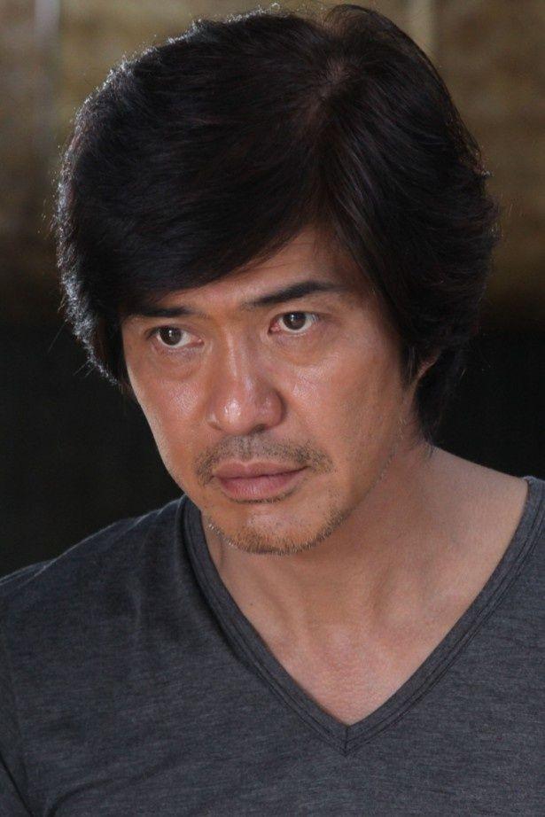 M資金の謎を追ううちに、事件に巻き込まれていく詐欺師の真舟雄一を演じる佐藤浩市