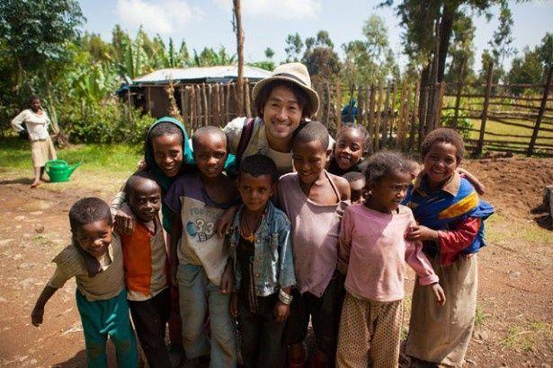 エチオピアの子供と触れ合うナオト・インティライミ。言葉は通じなくても音楽という大きな武器が彼にはある