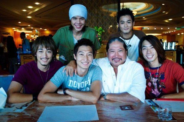 台湾のボーカルグループ、TENSIONのメンバーとして活躍した後、映像制作の分野に進んだジミー・ハンと、特別出演した父サモ・ハン