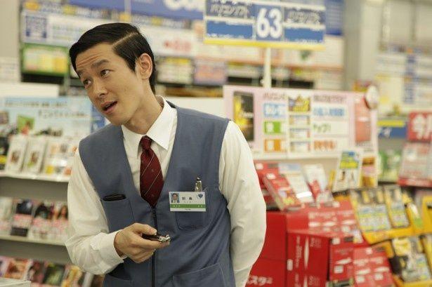 亀梨演じる均が務める家電量販店の嫌みな上司役には加瀬亮