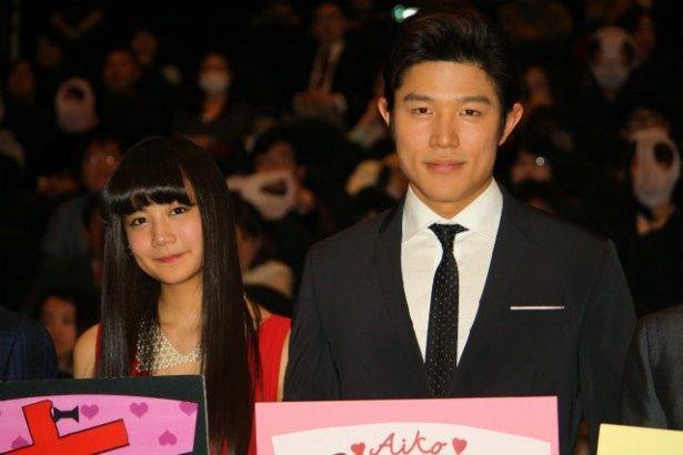 『HK変態仮面』の初日舞台挨拶に登壇した鈴木亮平と清水富美加