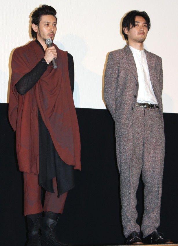 ジャケット姿で登場した松田龍平と個性的なファッションを披露したオダギリジョー