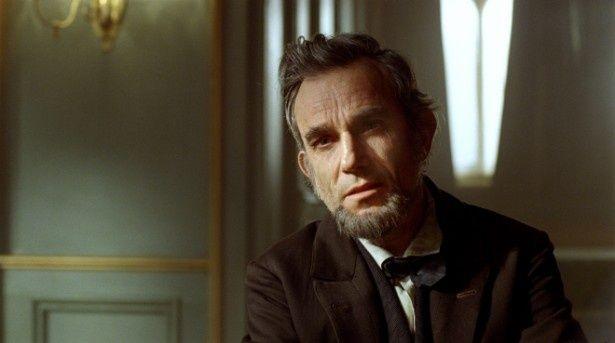 【写真を見る】ダニエル・デイ=ルイスは髪を伸ばし、髭を生やし、約一時間半のメイクを施しリンカーンを作り上げた