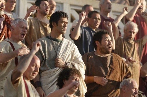 コロッセオにて群衆にまみれるルシウス(阿部寛)