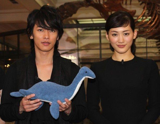 『リアル 完全なる首長竜の日』で恋人同士を演じる佐藤健と綾瀬はるか