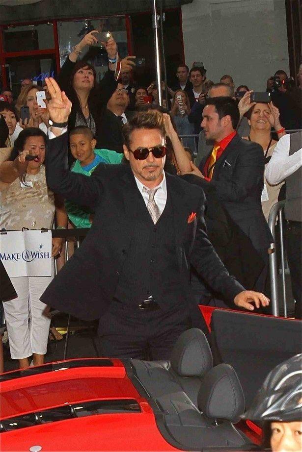 まるでトニー・スタークのように真っ赤なオープンカーに乗って会場に現れたロバート・ダウニー・Jr.。彼の姿が見えた瞬間、集まったファンのボルテージは最高潮に