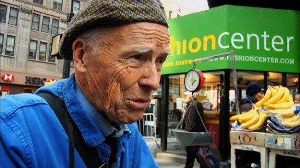 いつも青い作業着を身に着けて、ニューヨークのストリートでファッションスナップを撮り続けるビル・カニンガム