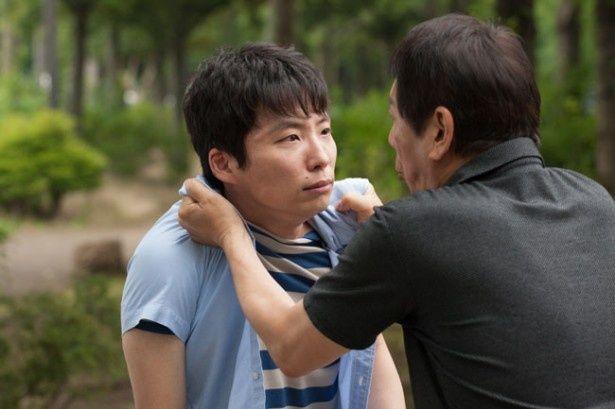 大杉漣が奈穂子の頑固な父親に扮する