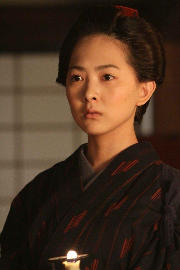 大河ドラマ「八重の桜」で、谷村美月は、目の不自由な山本覚馬(西岡秀俊)を支える小田時栄を演じる