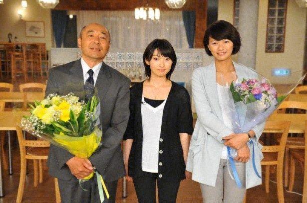 刑事ドラマ「確証~警視庁捜査3課」(TBS系)のスタジオに訪問した家入レオ(左から高橋克実、家入、榮倉奈々)