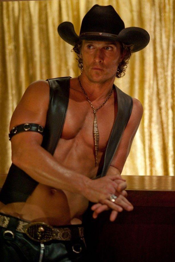 『マジック・マイク』では男性ストリップ・クラブのオーナーに扮し、肉体を披露するマシュー・マコノヒー