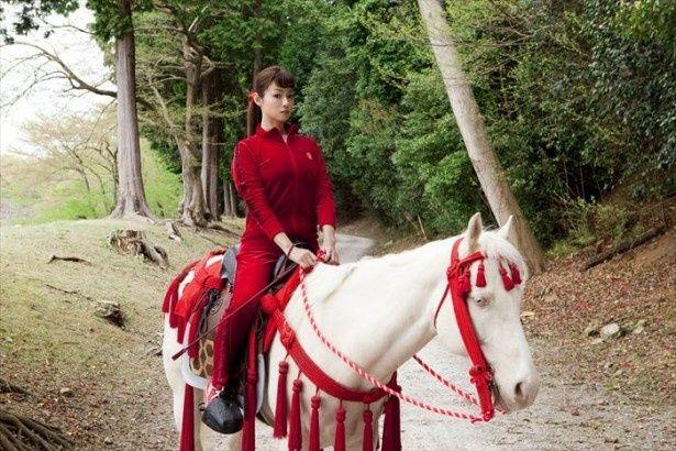 白い馬に乗って城内を走り回るのが日課の日出清子を深田恭子が演じる