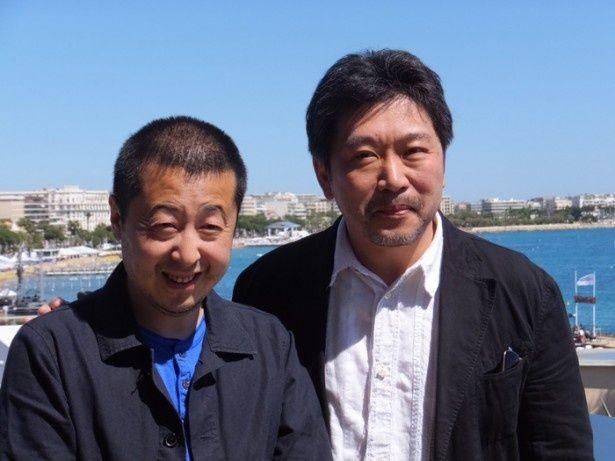 審査員賞の是枝裕和監督(右)と脚本賞の賈樟柯(ジャ・ジャンクー)監督