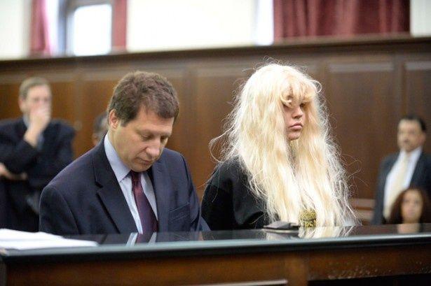 【写真を見る】奇行が止まらない!大麻吸引で逮捕されたアマンダ・バインズ