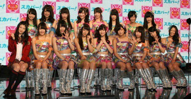 収録前に笑顔で会見に臨んだNMB48・チームMのメンバーとチームNの岸野里香(前列左端)