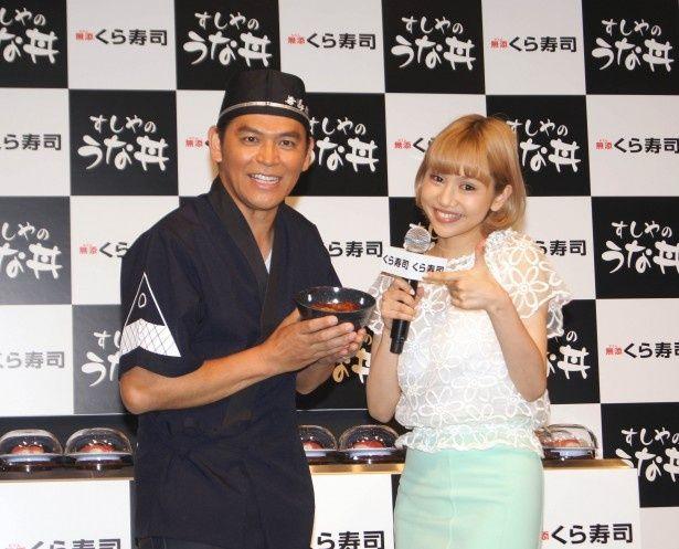 発売記念イベントに登場したますだおかだ・岡田圭右と水沢アリー(写真左から)