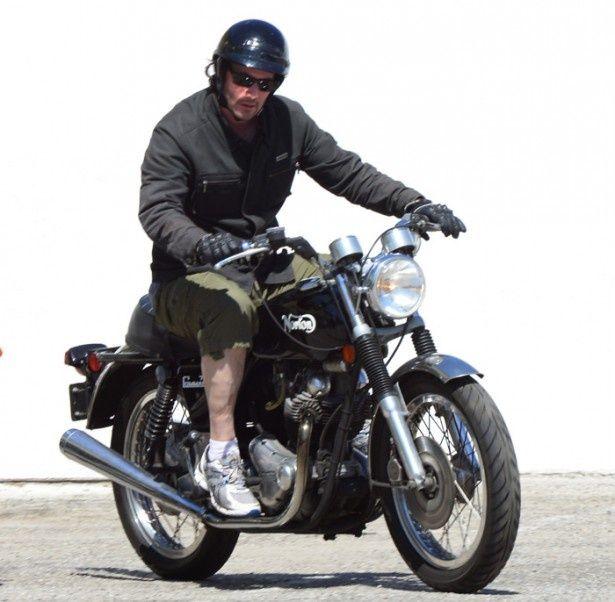 【写真を見る】バイクでジムに通うキアヌ・リーブスの姿をパパラッチ!