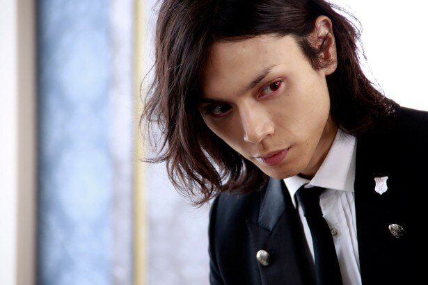 水嶋ヒロ演じる執事セバスチャン。原作どおりに瞳は紅茶色だ