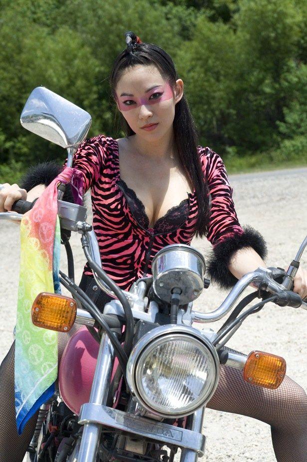 ピンクがイメージカラーのかわいらしいアジア系の構成員