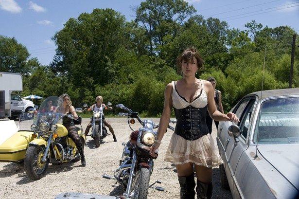 こんな殺人集団がバイクで襲ってきたら逃げ場なし?