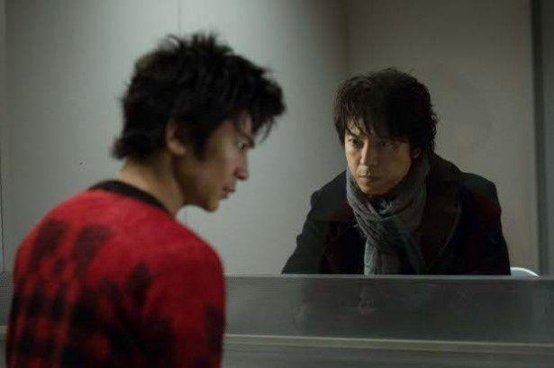 【写真を見る】武田真治と上川隆也が演技合戦を繰り広げる面会室のシーンはこちら