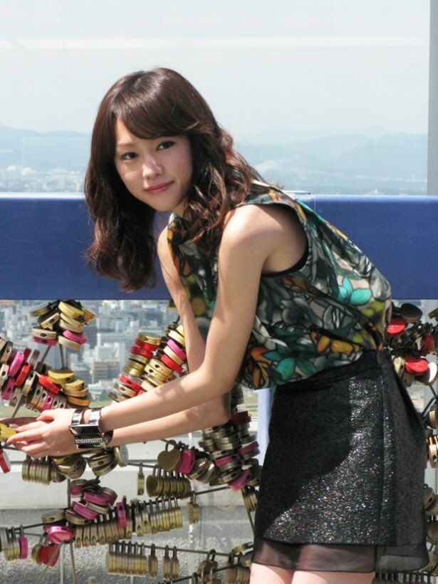 共演の大倉忠義とともに誓いの鍵を設置する桐谷美玲