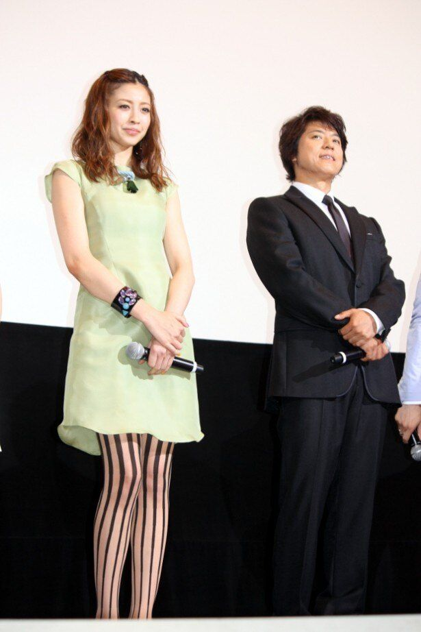 【写真を見る】片瀬那奈は、ミニワンピースにセクシーなストライプのタイツで美脚を披露!