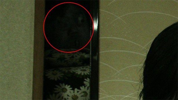 """赤い丸に注目。押入れの隙間から、""""何か""""がこちらをのぞいている!?(次の写真でアップになります)"""