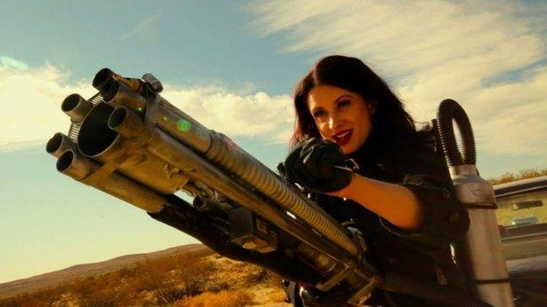 砂漠で大男から逃れようと奮闘する美女。「マッドマックス」シリーズへオマージュを捧げたらしい(『Speed スピード』)