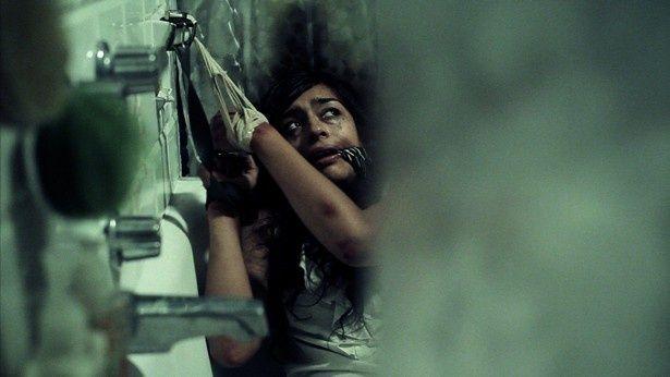 拘束された女性の視線の先には注射器を手にしている男の姿が(『Ingrown 内向』)