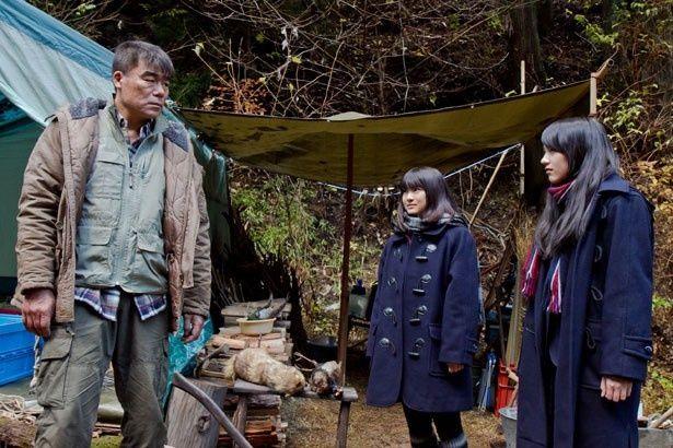 能年演じる美由紀と、森で交流を深める男・菊池を村田雄浩が演じている