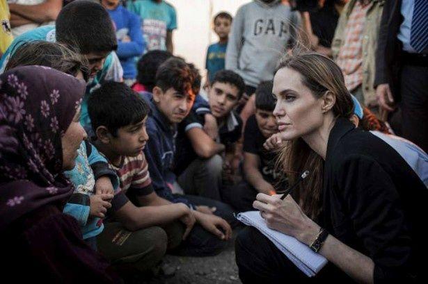 【写真を見る】熱心に難民キャンプの子供たちの話に耳を傾け、メモを取っているアンジェリーナ・ジョリー