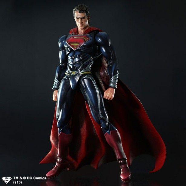 立ち姿が凛々しい「MAN OF STEEL PLAY ARTS 改-KAI-」のスーパーマン