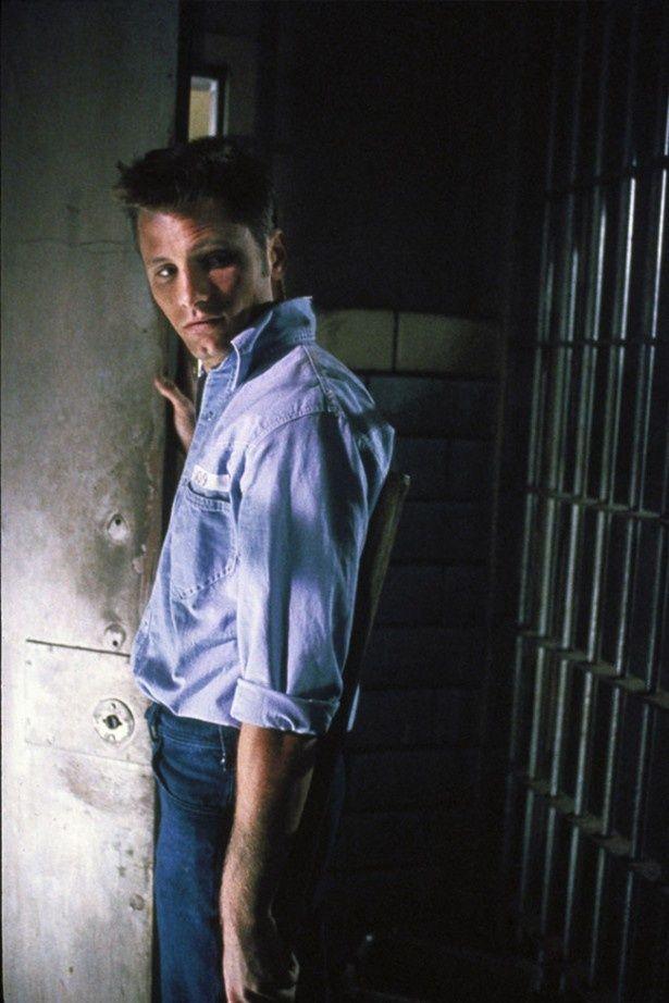 本作が映画初主演となったヴィゴ・モーテンセン。こちらの役は車泥棒のバーク(『プリズン』)