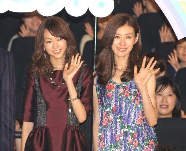 舞台あいさつに登場した桐谷美玲とともさかりえ(写真左から)