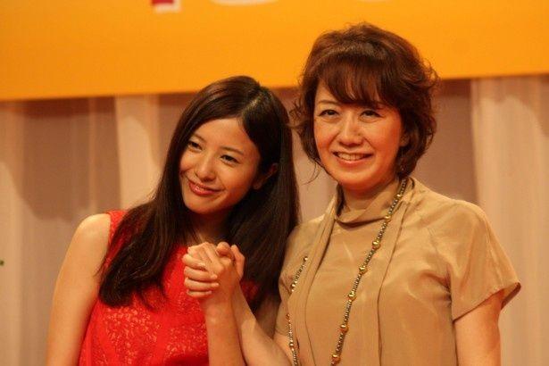 平成25年度前期連続テレビ小説「花子とアン」の発表会見に出席したヒロイン・吉高由里子と脚本を担当する中園ミホ氏