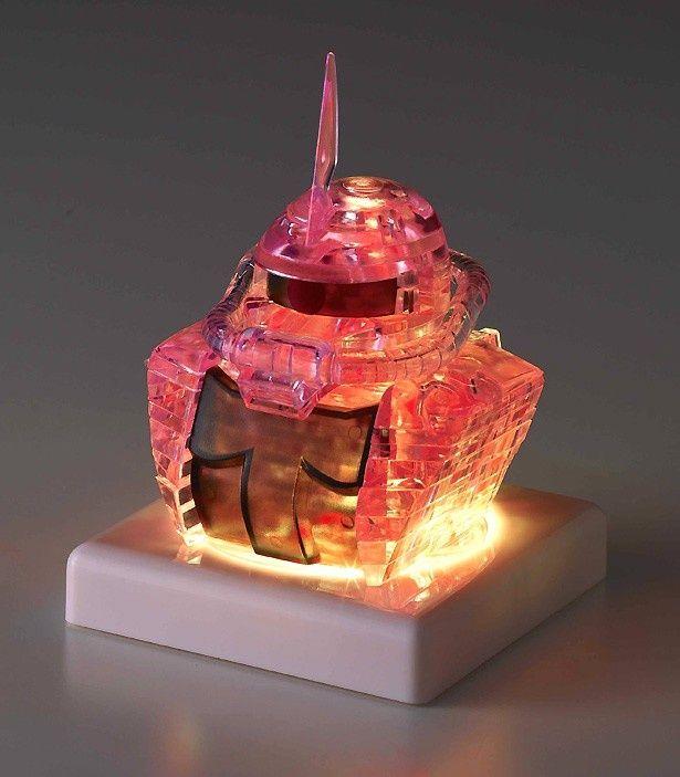 LED台座にセットされた、シャア専用ザクのクリスタルパズル