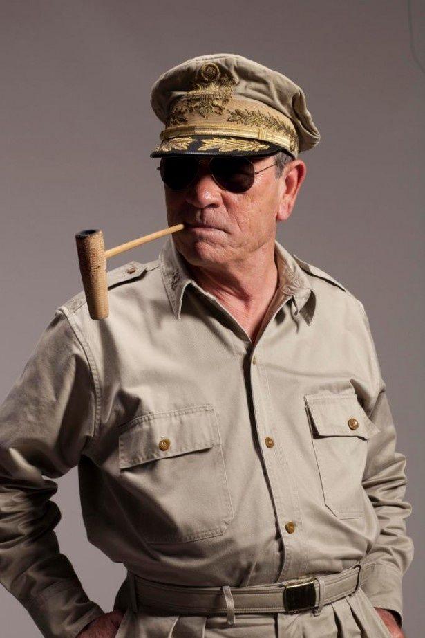 パイプを加え、サングラスをかけて、マッカーサーに扮したトミー・リー・ジョーンズ