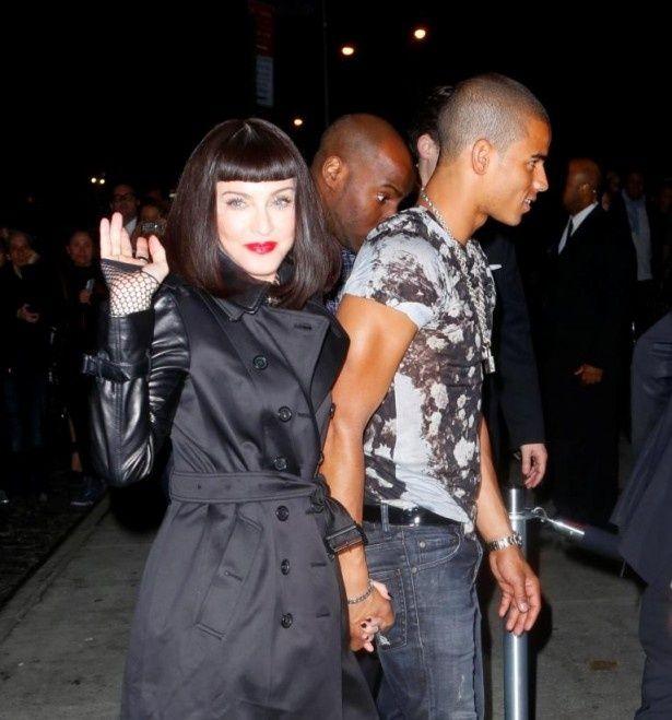 手をつないで歩くマドンナとブラヒム・ザイバット