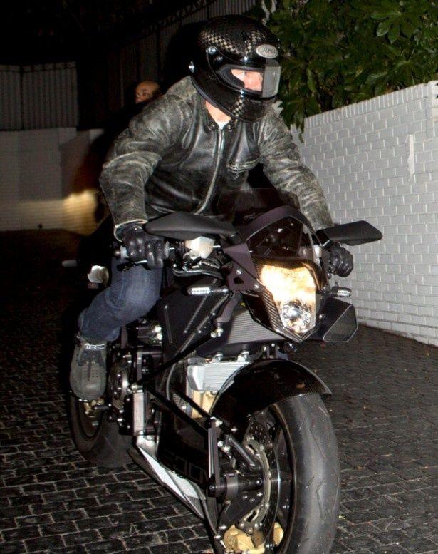 バイクでホテル「シャトー・マーモント」を出るトム