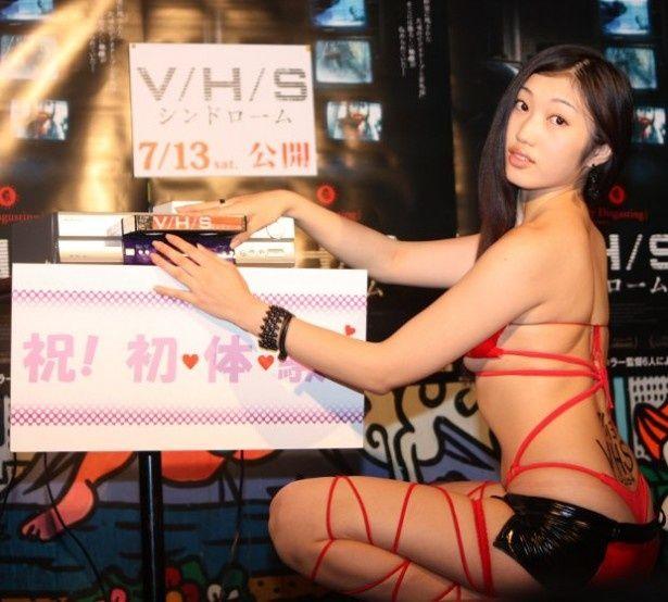 小蜜こと副島美咲がVHSのビデオテープを挿入!